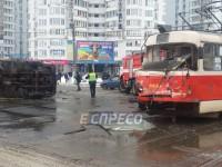 В Киеве столкнулись трамвай и грузовик, есть пострадавшие