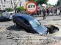 В Киеве автомобиль с женщиной и ребенком провалился в яму