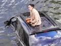 Девушка на крыше авто в Харькове стала мемом