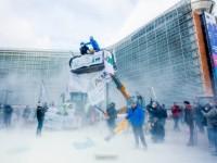 Протест фермеров: штаб-квартиру ЕС засыпали сухим молоком