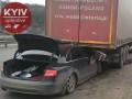 В Киеве на съезде с моста Audi залетела под фуру