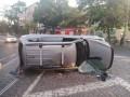 Показано видео, как в центре Одессы утром опрокинулась иномарка