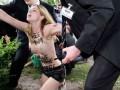 Активистки Femen разделись перед президентом Франции в Ле Бурже
