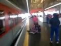 В Бразилии девушку, спасавшую свой  iPhone, достали с рельс за мгновенье до столкновения с поездом