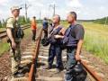 Что осталось после боевиков: На освобожденной территории чинят железную дорогу