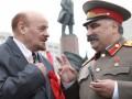 В подземном переходе в Москве двойник Сталина избил двойника Ленина зонтиком