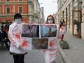 Во Львове девушки в окровавленных халатах протестовали против публичного убоя свиней