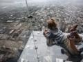 Стеклянный пол смотровой площадки небоскреба треснул под ногами  туристов в Чикаго