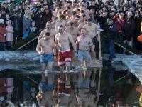 Виталий Кличко и 30 украинских мэров вместе нырнули в Днепр на Крещение - фото