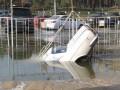 Прорыв трубы в Киеве: машины ушли под воду (ФОТО)