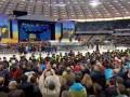 Поклонники Зеленского и Порошенко перекликивались приветствиями