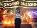 Активистка Femen сожгла игрушки возле магазина Roshen, требуя импичмент Порошенко