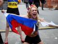 Активистки Femen разделись на Таймc-сквер и порвали российский флаг