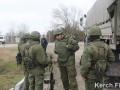 В Керчи украинских пограничников призвали сдать оружие