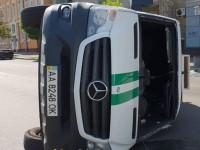 В центре Киева перевернулся фургон инкассаторов