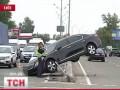 ДТП в Киеве: на Окружной дороге Lexus LS залетел на бетонный отбойник