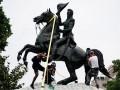 В Вашингтоне разогнали сносящих памятник Джексону