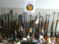 Во Франции пенсионер собрал десятки ружей и ножей для защиты от соседей