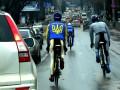 По Симферополю ездят велосипедисты в форме с украинской символикой