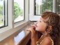 Под Запорожьем из окна выпали двое детей