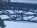В Киеве перекрыли Парковую дорогу мужчины на опорах моста