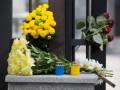 К посольству Турции в Украине сносят цветы в память о жертвах теракта в Стамбуле