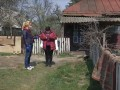 Во двор медсестры на Киевщине бросили