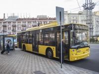 В Киеве очередной экстремал упал с крыши тролейбуса: вызвали скорую