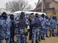 Крымчане подрались из силовиками во время обысков активистов
