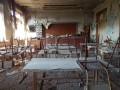 Пустые классы и выбитые окна: украинский военный показал школу в Песках