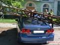 В Николаеве обрушились электроопоры: поврежден автомобиль