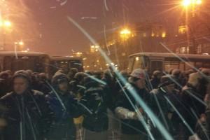 Митингующие возле силовиков