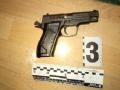 В Луцке вооруженный полицейский грабил детей