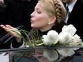 Соратники Тимошенко привезли ей сердце из роз в человеческий рост