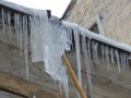 В Полтаве девушку убила упавшая с крыши глыба льда