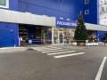 Украинский гипермаркет торгует на улице и выдает онлайн-заказы на кассе