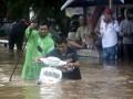 При наводнении в Индонезии погибли более 20 человек