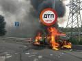В Киеве машина врезалась в столб и взорвалась