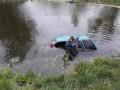 В Киевской области из пруда достали автомобиль