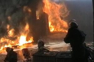 Бойцы МЧС продолжают тушить пожар
