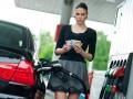 Большинство заправок не спешат снижать цены на бензин