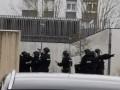 Во Франции мужчина взял в заложники беременную жену с детьми