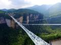 В Китае тысячи людей испытали новый стеклянный мост