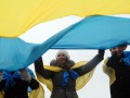 В Киеве на мосту Патона молодежь соединила берега Днепра в честь Дня Соборности