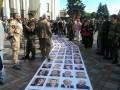 Депутатов заставили идти в Раду через «коридор позора» (фото)