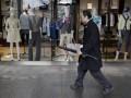 Японец попытался убить коллегу, налив ей в обувь кислоту