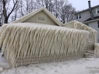 Дом у озера в США полностью покрылся льдом