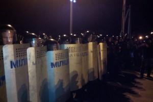 """По словам очевидцев, 4 автобуса спецподразделения Беркут выстроились перед автомобилистами. Кроме тогопуть преградил кордон """"беркутовцев"""""""