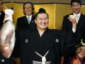Почему японские политики позируют с рыбой в руках