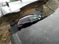 Автомобиль на ходу провалился в промоину на трассе